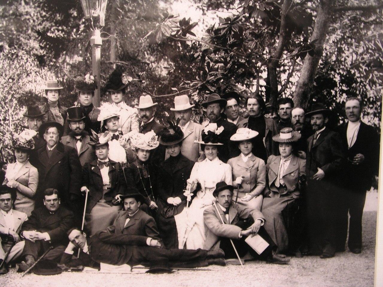 Чехов с труппой МХТ (присутствуют Горький, Станиславский, Мейерхольд и Ольга Книппер)